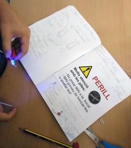 Tallers Extraescolars Ciència Circuits Elèctrics Throwies