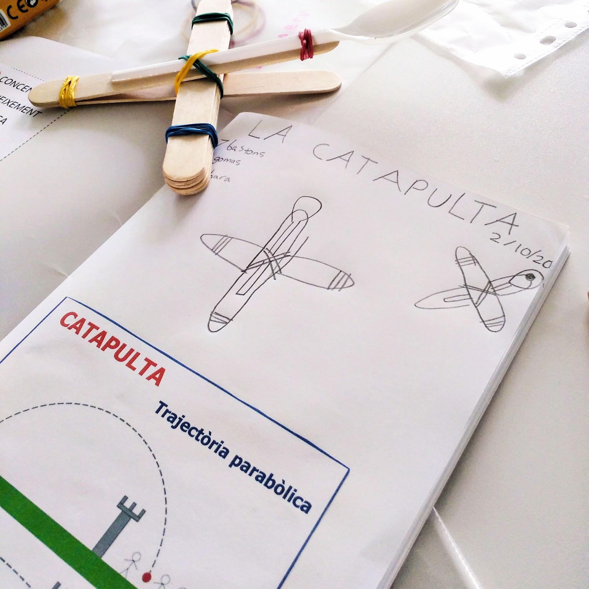 Taller Ciència Física STEAM Catapultes trajectòria parabòlica